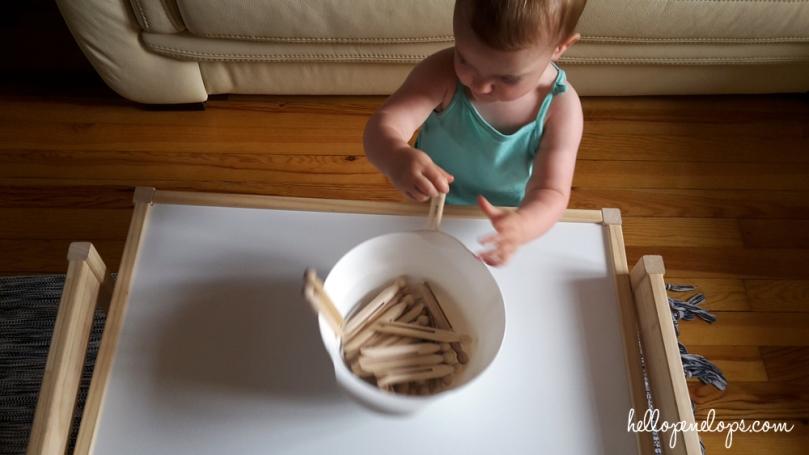 activité-montessori-15-mois-bébé-pinces-linge
